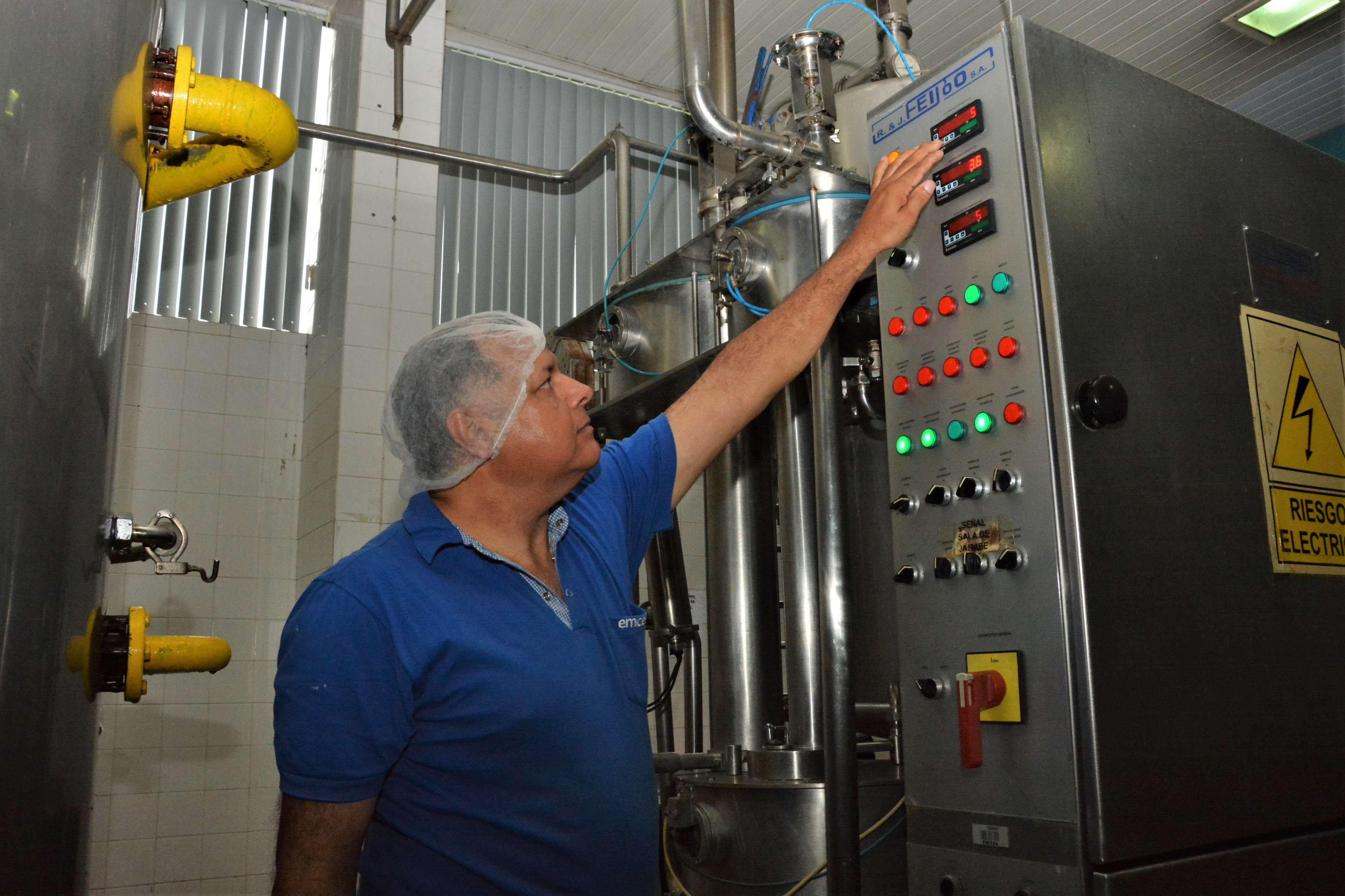 Roberto Rolón, dándole sabor hace 33 años a las bebidas de EMCESA